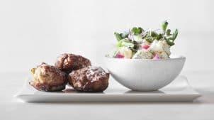 Hos Aamanns er vi kendt for vores smørrebrød. Køb måltid med Frikadeller her.
