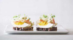 Aamanns er kendt for deres smørrebrød. Køb et måltid med æg.