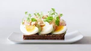 Hos Aamanns er vi kendt for vores økologiske smørrebrød. Køb en mad eller måltid med æg og rejer 1.