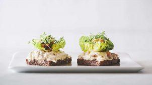Små smørrebrød med hønsesalat og iceberg