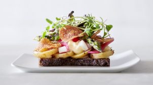 Kartoffelmad med chips, mayo og radisser