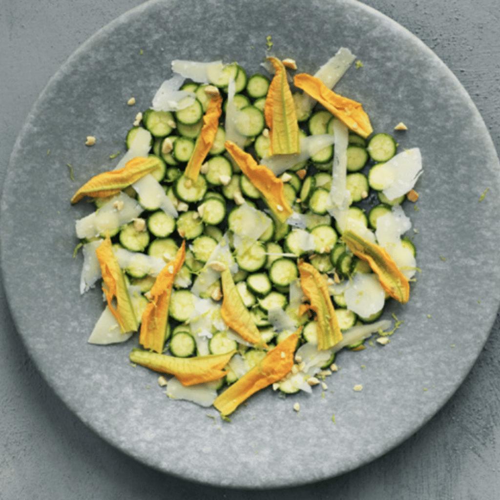 Rå squash med tilbehør, der smager fantastisk
